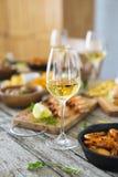 Verre de vin blanc sur la table de dîner Photos libres de droits