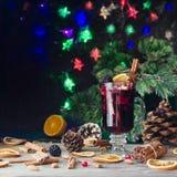 Verre de vin chaud chaud pendant la nouvelle année avec des ingrédients pour la cuisson, les écrous et les décorations de Noël image libre de droits