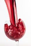 Verre de vin d'éclaboussure sur le fond blanc Image libre de droits