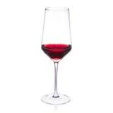 Verre de vin en cristal élégant sur le fond blanc avec du vin de cabernet Photos libres de droits