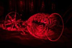 Verre de vin en cristal avec les rayons rouges Photo stock
