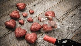 Verre de vin et vin avec les coeurs rouges Photos stock