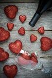 Verre de vin et vin avec les coeurs rouges Photo stock