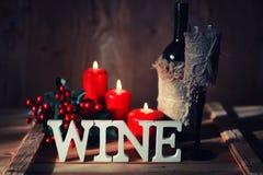 Verre de vin modifié la tonalité de lettre en bois Images stock