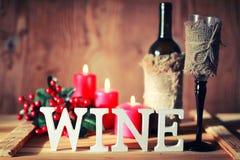 Verre de vin modifié la tonalité de lettre en bois Photographie stock libre de droits