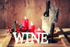 Verre de vin modifié la tonalité de lettre en bois Photo stock