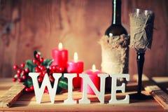 Verre de vin modifié la tonalité de lettre en bois Images libres de droits