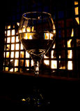 Verre de vin par le feu photo stock