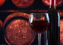 Verre de vin près de bouteille au vieil arrière-plan de cave photos libres de droits