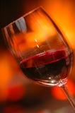 Verre de vin près du feu Images libres de droits