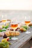 Verre de vin rosé sur la table de pique-nique Images stock