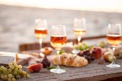 Verre de vin rosé sur la table de pique-nique Image stock