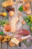 Verre de vin rosé sur la table de pique-nique Photo stock