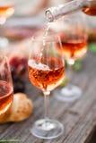 Verre de vin rosé sur la table de pique-nique Image libre de droits
