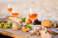 Verre de vin rosé sur la table de pique-nique Photographie stock