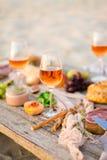 Verre de vin rosé sur la table de pique-nique Photos stock