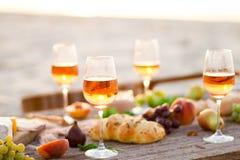 Verre de vin rosé sur la table de pique-nique Photo libre de droits