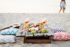 Verre de vin rosé sur la table de pique-nique Photographie stock libre de droits