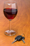 Verre de vin avec des clés de voiture Images libres de droits