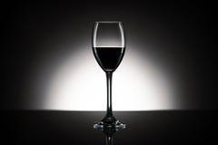 Verre de vin rouge devant le fond blanc Photo libre de droits