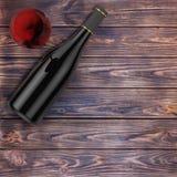 Verre de vin rouge et bouteille vide de vin rouge avec l'espace libre pour vous Image stock