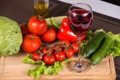 Verre de vin rouge près des légumes frais Photos libres de droits