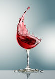 Verre de vin rouge sur le fond gris Photo stock
