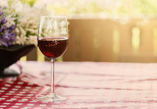 Verre de vin rouge sur le fond naturel Photos stock