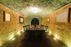 Verre de vin sur la table de salle à manger dans la cave Photo libre de droits
