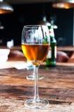 Verre de vin sur le fond de la barre Photos libres de droits