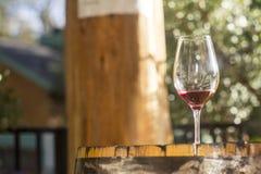 Verre de vin sur un baril Photographie stock libre de droits
