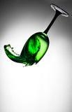 Verre de vin vert en baisse Image libre de droits
