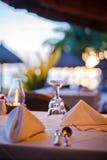 Verre de vin vide en gros plan sur la table d'ensemble à photographie stock libre de droits