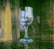 Verre de vin vide sur le fond en bois Image libre de droits