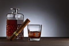 Verre de whiskey avec cogar sur une table en bois Photographie stock libre de droits