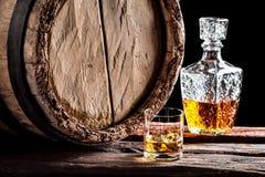 Verre de whiskey dans la vieille cave photos stock