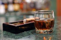 Verre de whiskey et cigare de Cubain images libres de droits