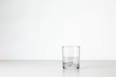Verre de whiskey sur le blanc Images libres de droits