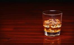 verre de whisky cossais d 39 alcool avec le gla on sur la table en bois image stock image du. Black Bedroom Furniture Sets. Home Design Ideas