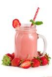 Verre de yaourt de fraise avec les feuilles en bon état d'isolement sur le fond blanc Image stock