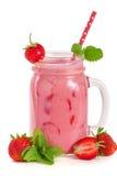 Verre de yaourt ou de smoothie de fraise avec les feuilles en bon état d'isolement sur le fond blanc Photographie stock
