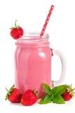 Verre de yaourt ou de smoothie de fraise avec les feuilles en bon état d'isolement sur le fond blanc Photo stock