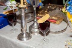 Verre du vin et du biscuit utilisés dans la cérémonie de mariage Images stock