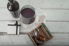 Verre du vin rouge, de la boîte avec des diamants et d'un cadeau sur le fond en bois blanc, amour de célébration Photographie stock