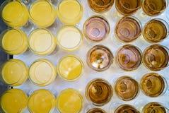 Verre en verre de vin et de jus d'orange sur un fond blanc de table photo stock