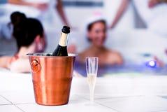 Verre et bouteille de champagne dans le seau, partie de poule Image stock