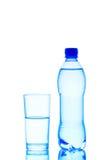 Verre et bouteille de l'eau Photographie stock libre de droits
