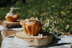Verre et g?teau sur une table ensoleill?e, un bouquet des fleurs de ressort pour l'humeur images libres de droits