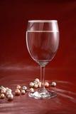 Verre et perles de vin photographie stock libre de droits