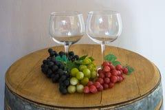 Verre et raisins et sur le vieux baril de chêne images stock